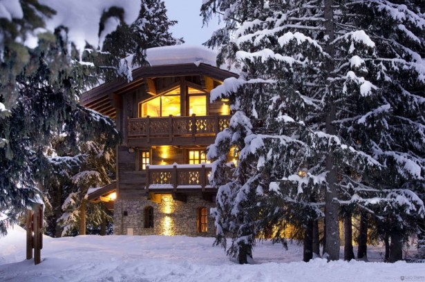 Chalet Les Gentianes Traditional wood railing Casuarina trees Snowy courtyard
