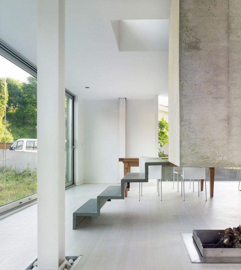 Contemporary stairs Glass bay window EINS house White side chairs