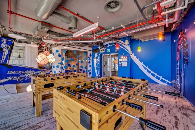 Google Tel Aviv office Rustic wood floor Innovative pendant lamp