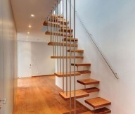 Grating banister Wooden stair steps Ceiling lights Casa Valna