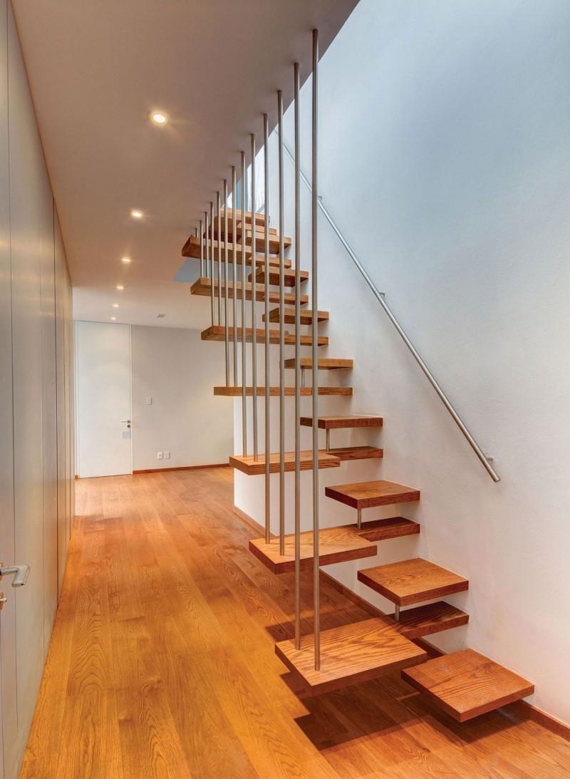 Grating banister Wooden stair steps Ceiling lights Casa Valna