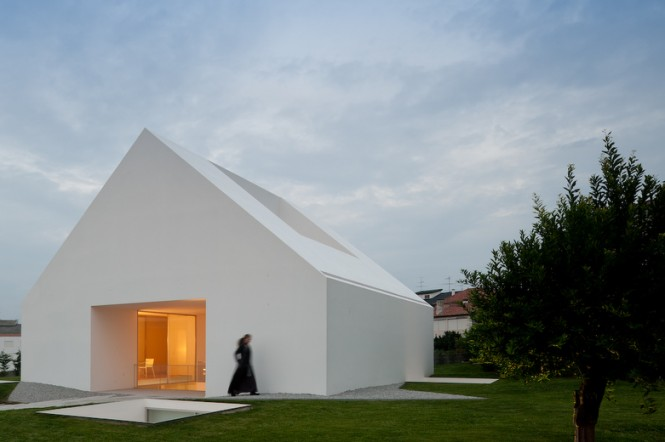 Openings To Side And Roof House With The Simplest Of Forms Large Lawn