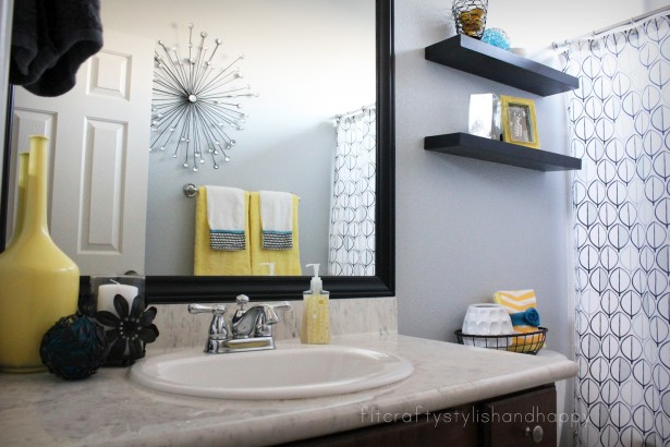 retro black and white bathroom decor